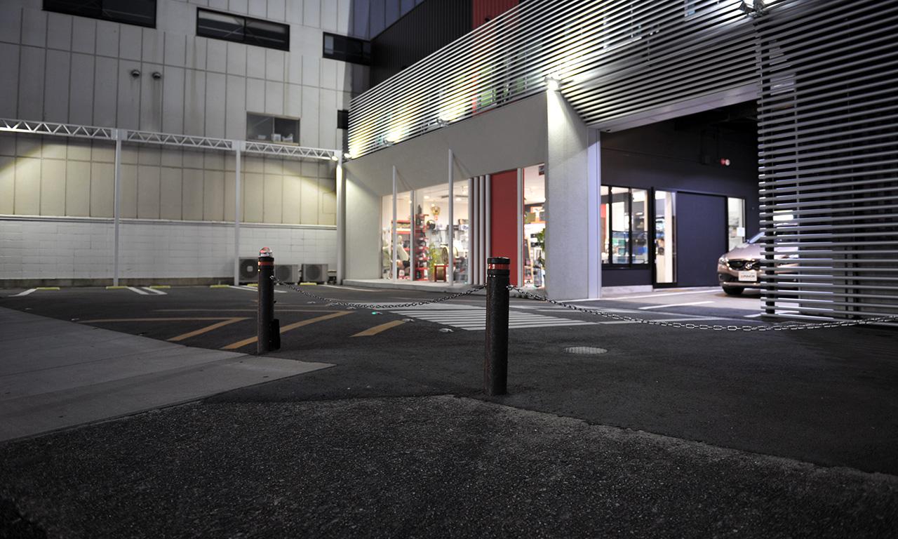 お店の裏側には予備の駐車スペースをさらに5台保有しています。