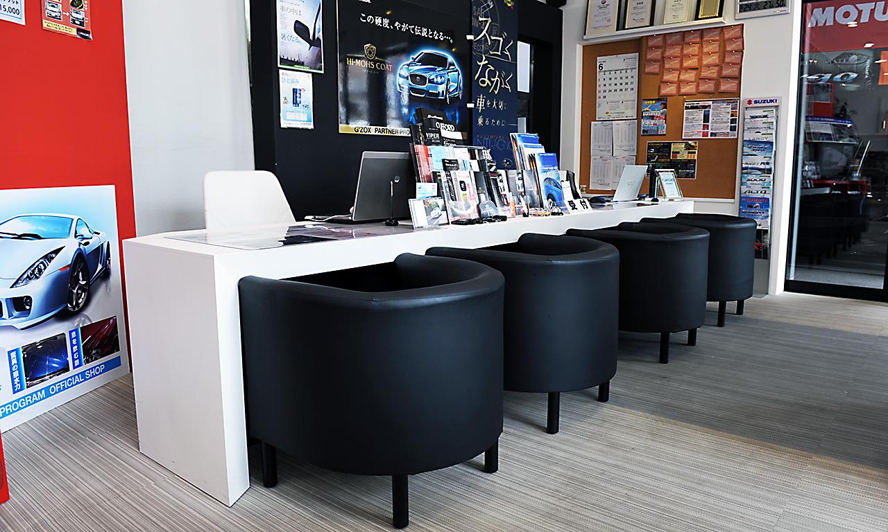 お客様とのご商談スペースでは同時に4組までの対応が出来ます。