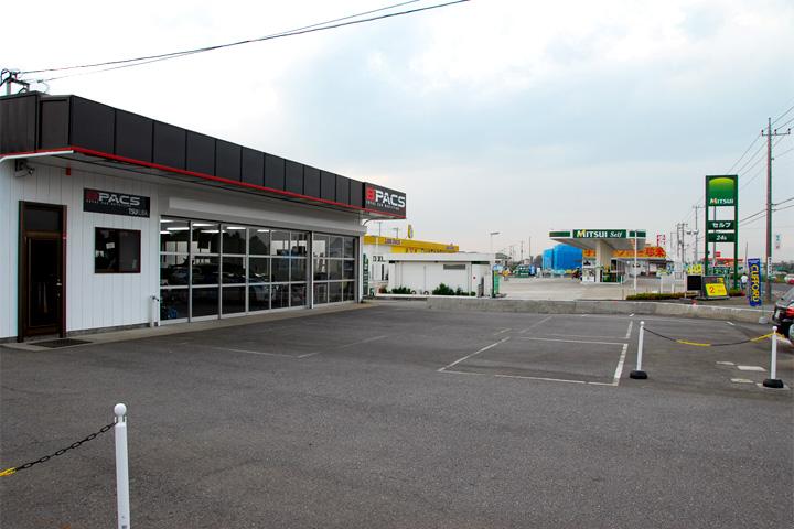駐車場の向こうはセルフ式ガソリンスタンド。